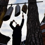 Gotteslob mit dem Hammer: Die Glocken der Kirche von Vater Swjatoslaw in Sosnovyj Olonez sind aus abgesägten Gasflaschen gefertigt.