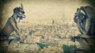 Wie blicken wohl jetzt die berühmten Wasserspeier der Notre-Dame auf Paris? Noch melancholischer als auf dieser Fotografie mit antiker Pantina.