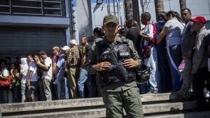 Militär kontrolliert Supermärkte in Venezuela