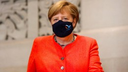 Merkel trägt Maske