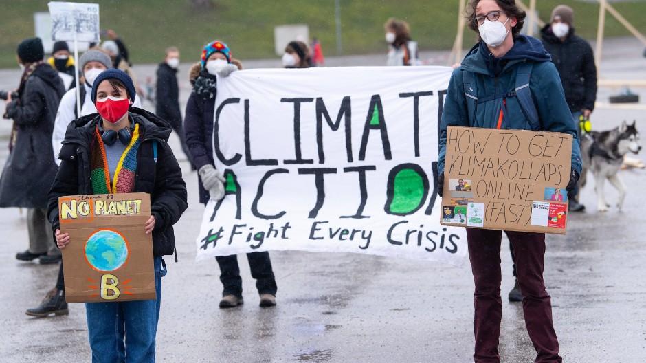 """""""Fight Every Crisis"""", fordern die Klimaaktivisten."""