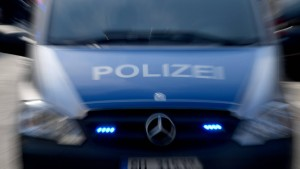 Frau stirbt bei Kollision mit Lastwagen – Polizei sucht flüchtigen Motorradfahrer