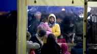 Endstation Türkei: Syrische Flüchtlinge warten am 3. März auf ihre Registrierung, nachdem sie von der Küstenwache in die türkische Hafenstadt Kucukkuyu gebracht wurden.