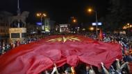 Gegner des Referendums feiern mit einer mazedonischen Flagge in Skopje.
