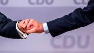 Die CDU-Politiker Armin Laschet und Friedrich Merz auf dem CDU-Parteitag