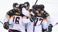 Dürfen sich freuen: die Spieler des DEB-Teams feiern einen wichtigen Auftaktsieg
