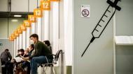 Laut RKI müssen in der Gruppe der zwölf bis 59 Jahre alten Menschen mindestens 85 Prozent geimpft sein.