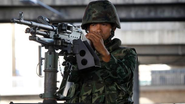 Soldaten marschieren in Bangkok auf