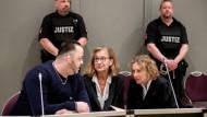 """""""Todespfleger"""": Niels H. mit seinen beiden Anwältinnen im Gerichtssaal in der der Weser-Ems-Halle in Oldenburg"""