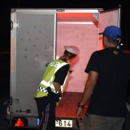 Die österreichische Polizei kontrolliert einen Lkw auf der Suche nach Flüchtlingen.