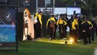 Die Ungewissheit ist jetzt beendet: Das Foto zeigt die Dortmunder Profis wenige Minuten nach der Explosion.