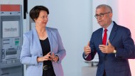 Partner und Konkurrenten zugleich: Die Vorstandsvorsitzenden Eva Wunsch-Weber (Frankfurter Volksbank) und Oliver Klink (Taunussparkasse) machen gemeinsame Sache.