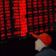 Ein Investor schaut auf eine Anzeigetafel eines Brokerhauses im chinesischen Taiyuan.