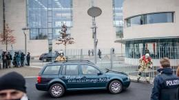 Mann fährt gegen Tor des Bundeskanzleramtes