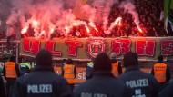 Beim Spiel in der zweiten Bundesliga gegen Eintracht Braunschweig zündeln Hannoveraner mit Pyrotechnik.