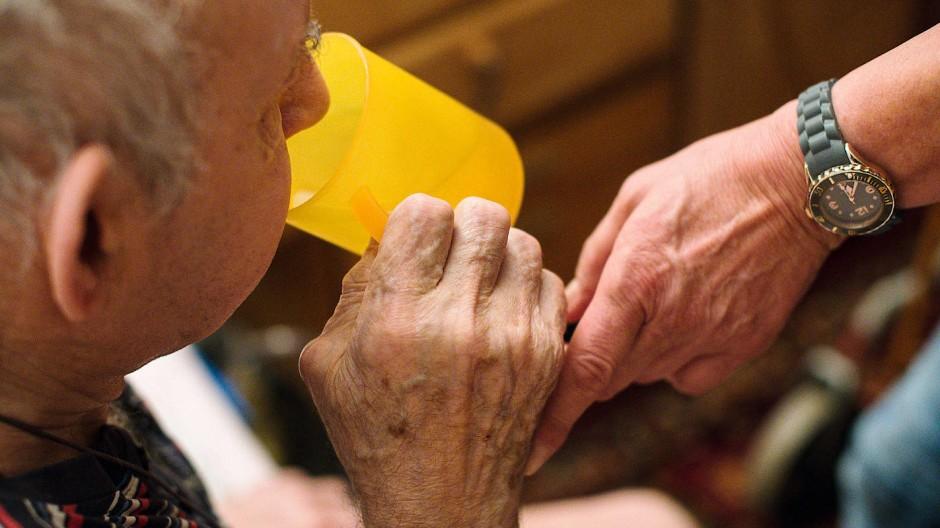 Die Pflege alter Menschen ist harte Arbeit.