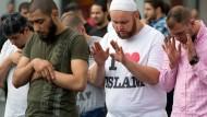 Anhänger des radikal-islamischen Predigers Pierre Vogel während einer Demonstration in der Innenstadt von Frankfurt am Main