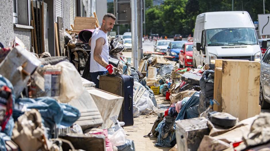Bewohner der Stadt Hagen haben den bei dem Hochwasser zerstörten Hausrat auf den Bürgersteig gestellt.