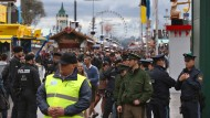 Polizisten beobachten das Geschehen auf der Wiesn. Auch auf dem diesjährigen Oktoberfest kam es bereits zu sexuellen Übergriffen.
