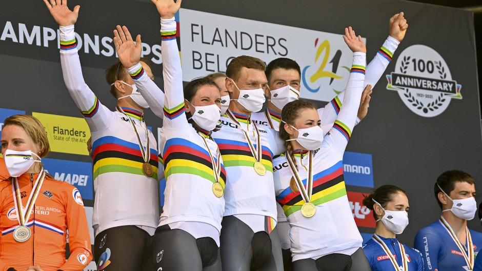 """""""Jetzt ist es Zeit zu feiern"""": Das deutsche Team um Tony Martin freut sich über Gold."""