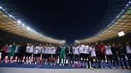 Starke Gemeinschaft: Die Eintracht suchte nach dem verlorenen Finale die Nähe zu ihren Fans.