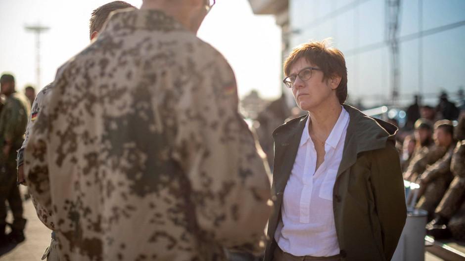 Verteidigungsministerin Annegret Kramp-Karrenbauer Ende August am Flughafen von Taschkent.