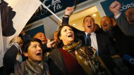 """""""Ein Volk, eine Sprache, eine Kultur"""": Gilles Simeoni (dritter von links) feiert mit Parteifreunden von Pé a Corsica"""