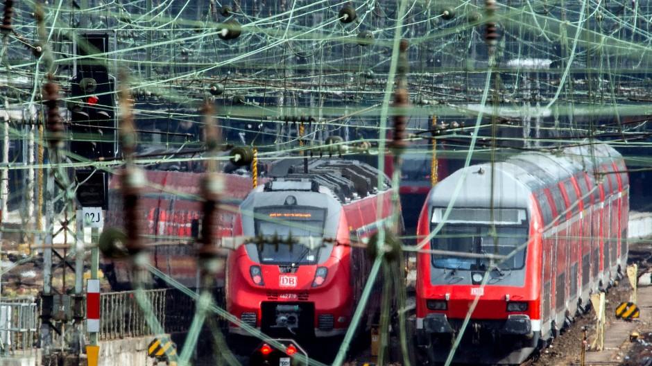 Auf dem Weg zur Verkehrswende: Züge des Rhein-Main-Verkehrsverbundes (RMV) am Frankfurter Hauptbahnhof, aufgenommen im Jahr 2014