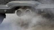 Verpestete Luft: Abgase strömen aus einem Auspuff eines Autos.