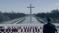 """Aus dem Washington Monument in Washington ist ein Kreuz geworden: Szene aus der Fernsehserie """"The Handmaid's Tale – Der Report der Magd"""" nach Margaret Atwoods Roman"""