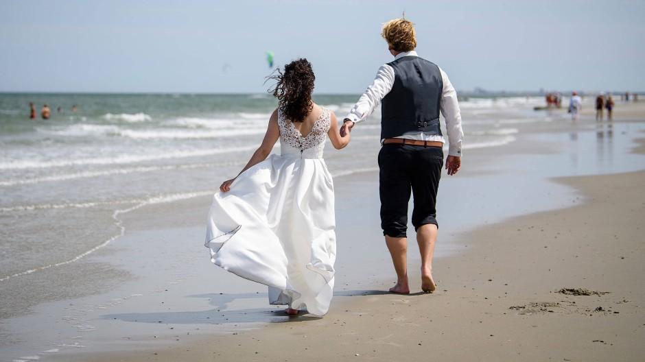 Heiraten auf Abstand: Ein Brautpaar ohne Gäste am Strand von Juist.