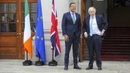 Ähnliche Anzüge, unterschiedliche Positionen: Ministerpräsident Leo Varadakar und Premierminister Boris Johnson am Montag in Dublin.