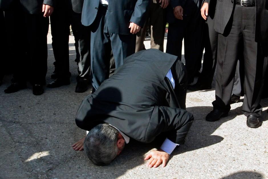 Der Politbürochef der Hamas kniete bei seinem Eintreffen nieder und küsste nach Jahrzehnten im Exil den Boden