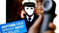 """Mit einer Plakat-Kampagne in NRW warnt die Polizei vor der immer häufiger genutzten Betrugsmasche der """"falschen Polizisten""""."""