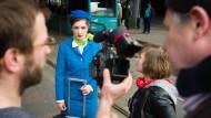 Mittendrin im Leben: Die Schauspielstudentinnen Sophia Hahn als Stewardess (links) Johanna Miller als Lisa (rechts) bei Dreharbeiten an der Galluswarte