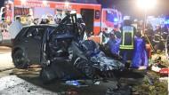 Eines der Unfallautos, die beide beim Aufprall völlig zerstört wurden. Für die Insassen kam jede Hilfe zu spät.