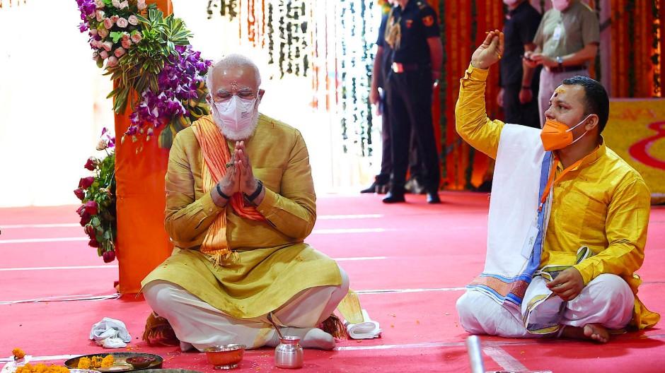 Modi bei der Zeremonie zur Grundsteinlegung für den Rama-Tempel am Mittwoch in Ayodhya.