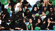 Mehrere Frauen verfolgen in einem Sportstadion die Feiern zum Nationalfeiertag Saudi-Arabiens.