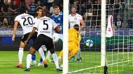 Und ab ins Frankfurter Tor: Die Eintracht gerät in Straßburg entscheidend in Rückstand und muss um das Weiterkommen in der Europa League bangen.