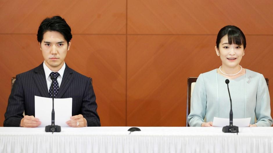 Ihr schönster Tag: Mako Komuro und ihr Gemahl Kei Komuro beantworten nach der Vermählung am Dienstag  Fragen der Journalisten.