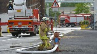 Schnell und konzentriert: Ein Feuerwehrmann bei einem Einsatz in Frankfurt-Höchst.