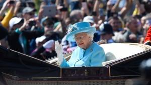 Die Queen feiert – und ein Soldat stiehlt ihr die Show