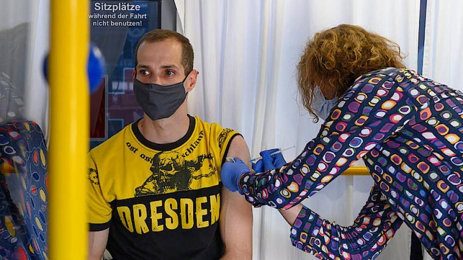 Ein Fan von Dynamo Dresden lässt sich vergangenen Samstag in einem sogenannten Impfbus gegen das Coronavirus impfen.