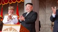 Applaus, Applaus: Nordkoreas Diktator Kim Jong-un feierte am Samstag  bei der Militärparade den Staatsgründer Kim Il-sung – und sich selbst