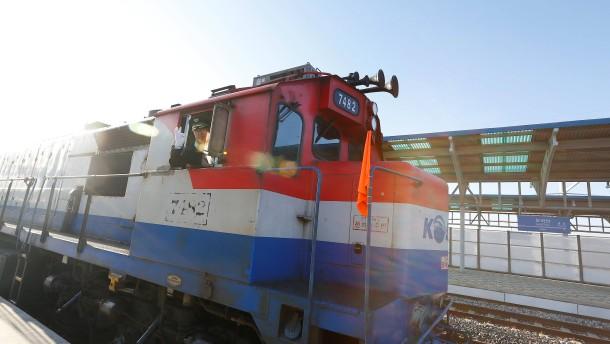 Eisenbahndiplomatie: Ein Zug fährt von Süd- nach Nordkorea