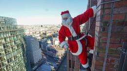 Santa Claus seilt sich von Berliner Hochhaus ab