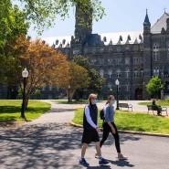 Zu schwer für den eigenen Sohn? Eine Mutter kaufte einen Ghostwriter für ihren Sohn an der Elite-Universität Georgetown.