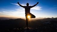 Um den inneren Kritiker zu besiegen versuchen es viele Berufstätige mit Yoga.