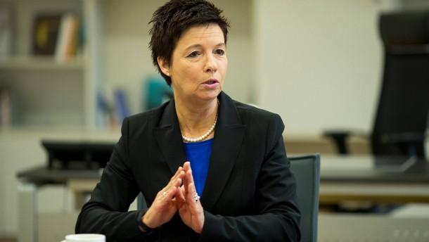 Chefin von Flüchtlings-Bundesamt verteidigt Handy-Auswertung