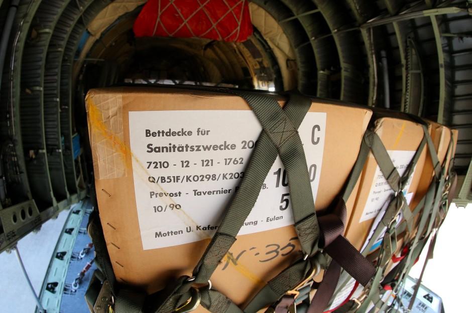 Für den Irak bestimmte Hilfsgüter in einem Transportflugzeug der Bundeswehr